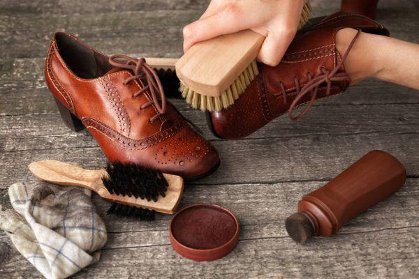 4 Cách làm rộng và mềm giày da lộn tại nhà