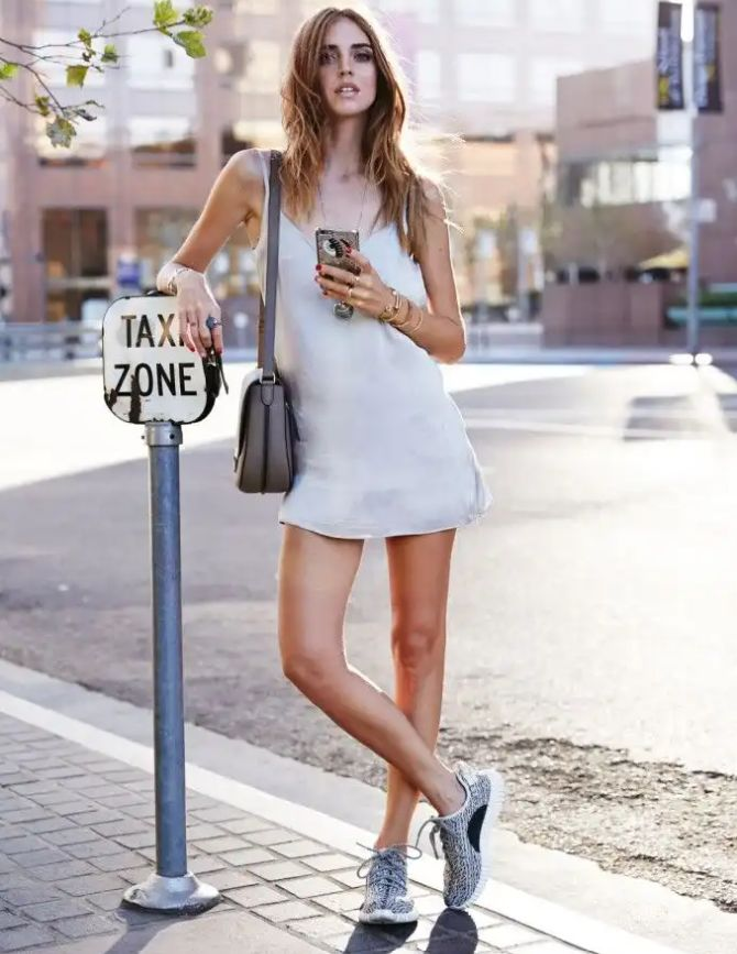 Đầm suông kết hợp giày thể thao vừa đơn giản vừa ngầu | Cleanipedia