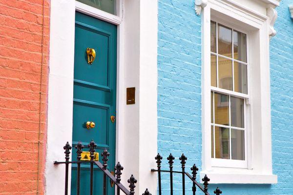 Blaue Türen und Fenster im orange ummauerten Haus
