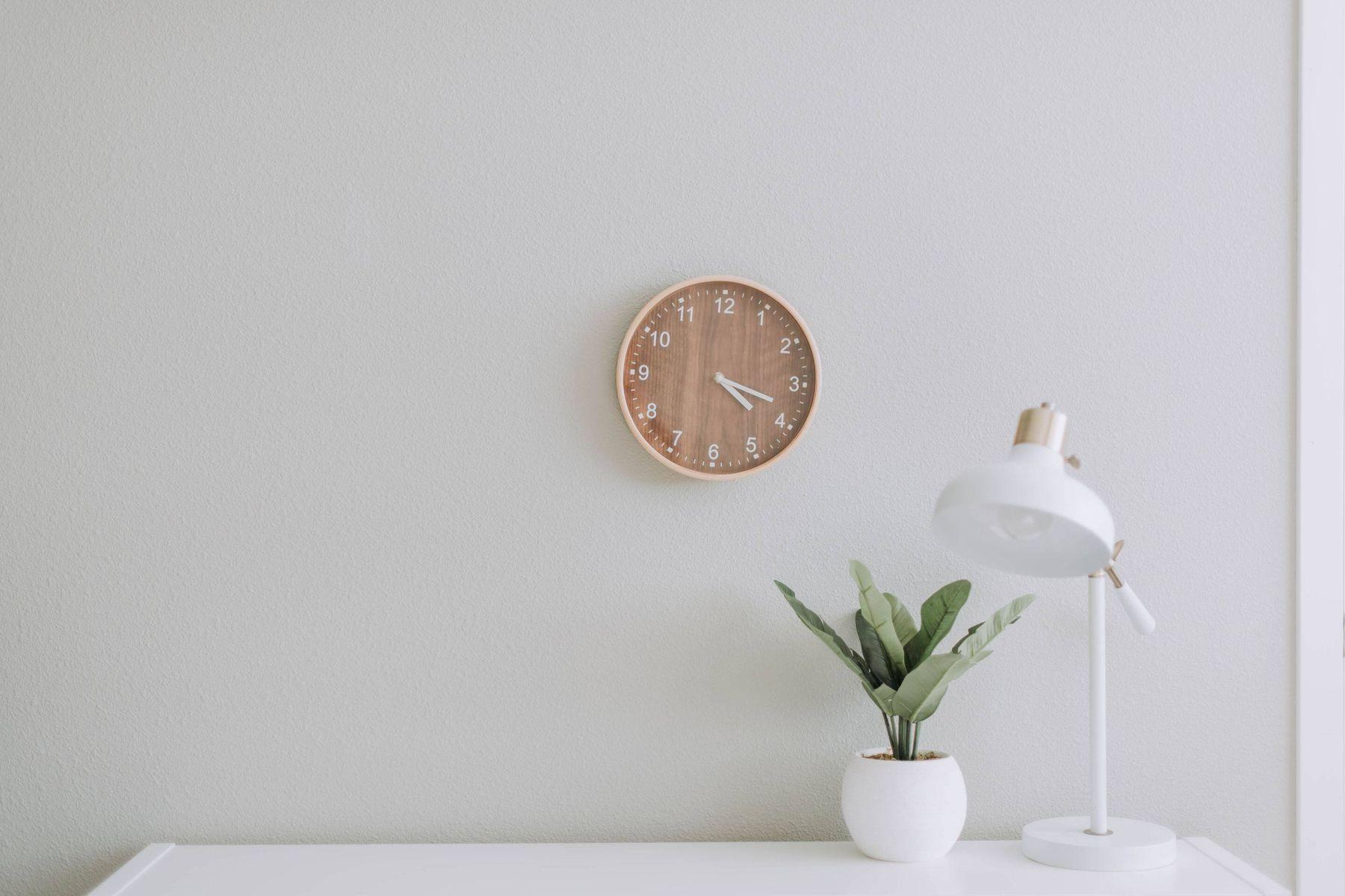Uhr und Schreibtisch