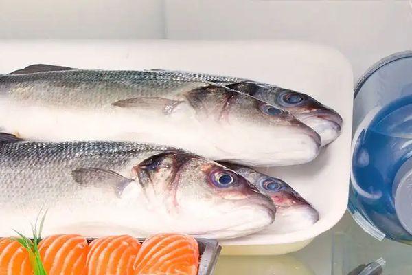 khử mùi tanh cá trong tủ lạnh