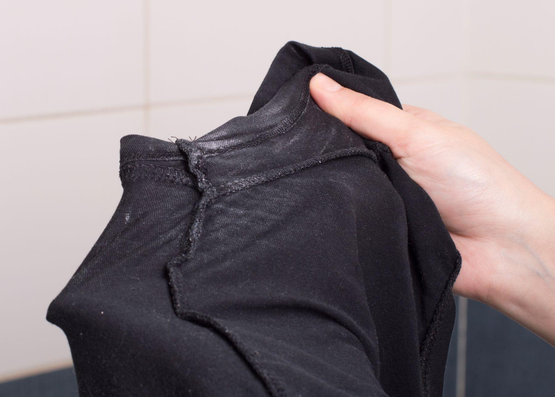 Quần áo bị dính cặn bột giặt