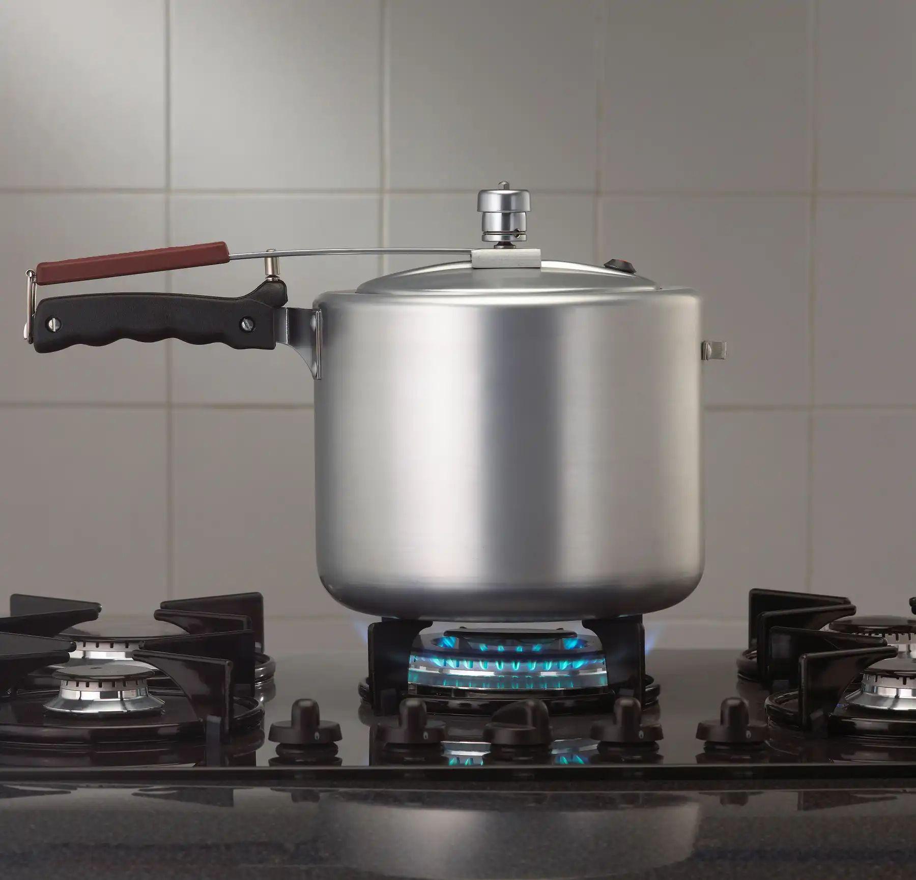 Đặt nồi áp suất lên bếp đúng cách
