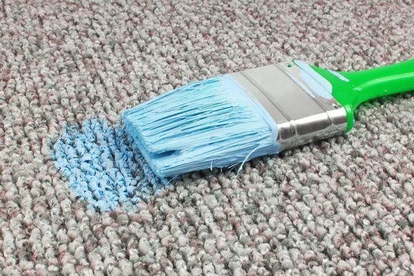 pennello sporco sul tappeto