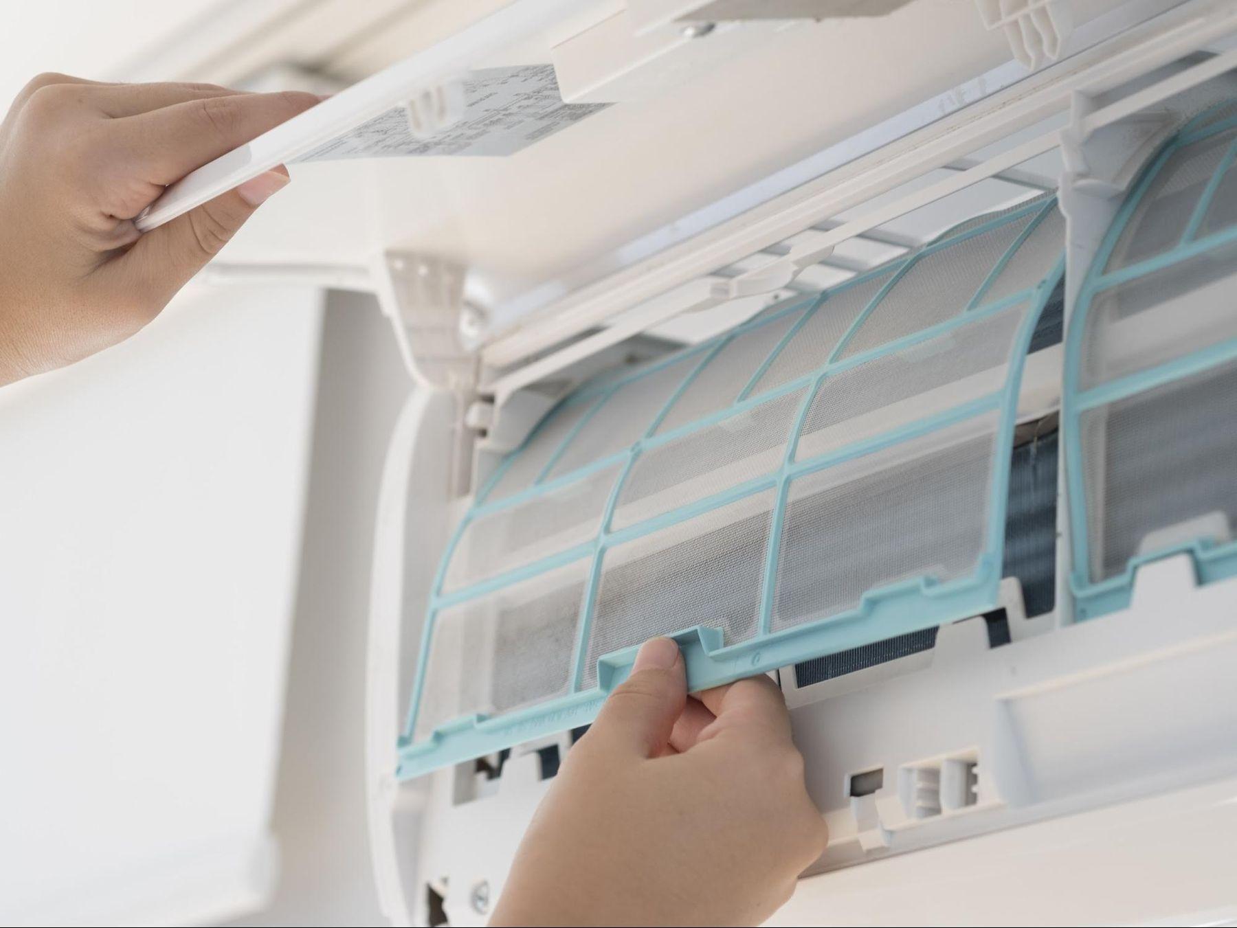 Step 5: Pessoa recolocando o filtro do ar condicionado
