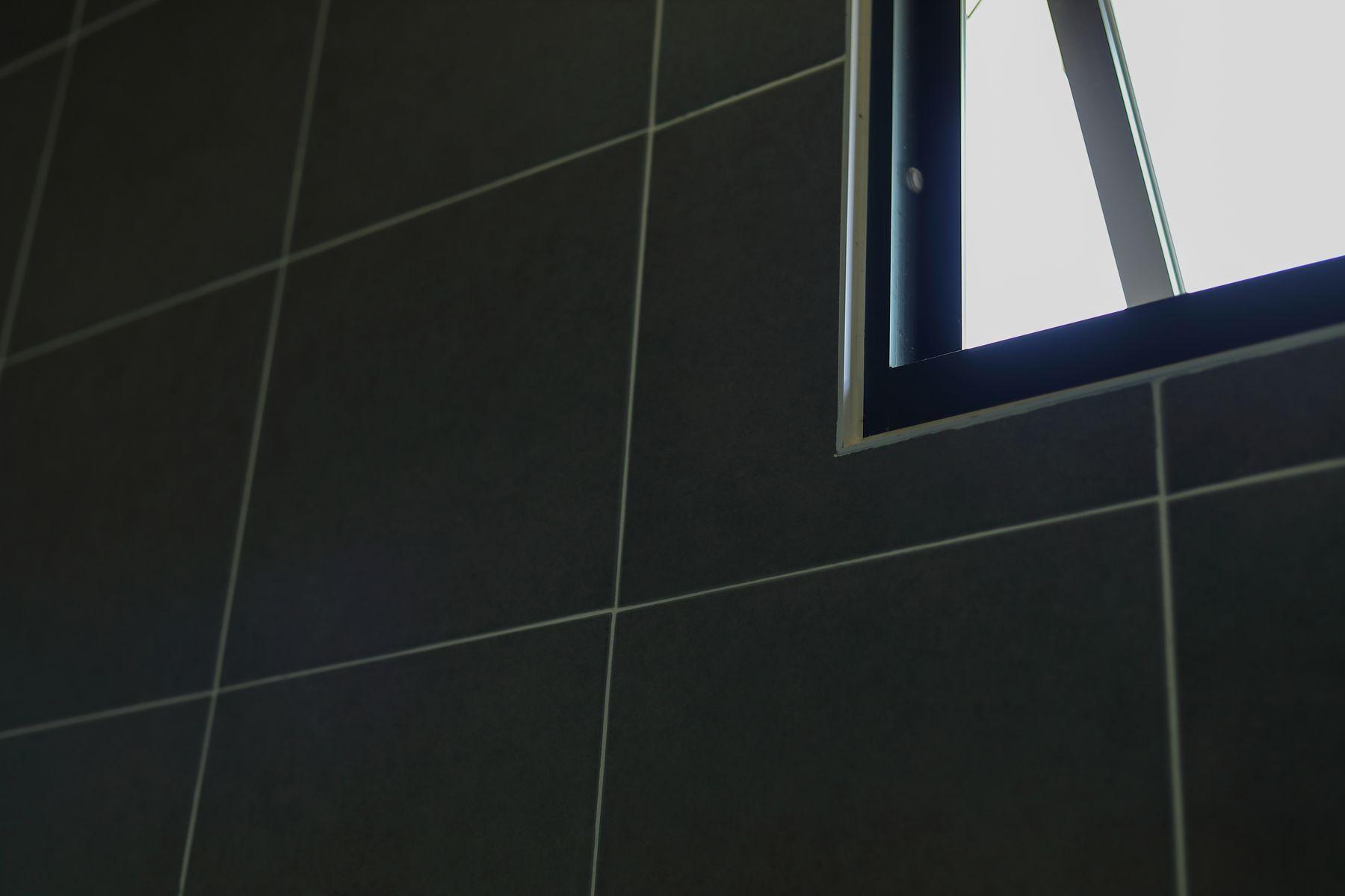 Step 1: Abra una pequeña ventana de vidrio en el baño