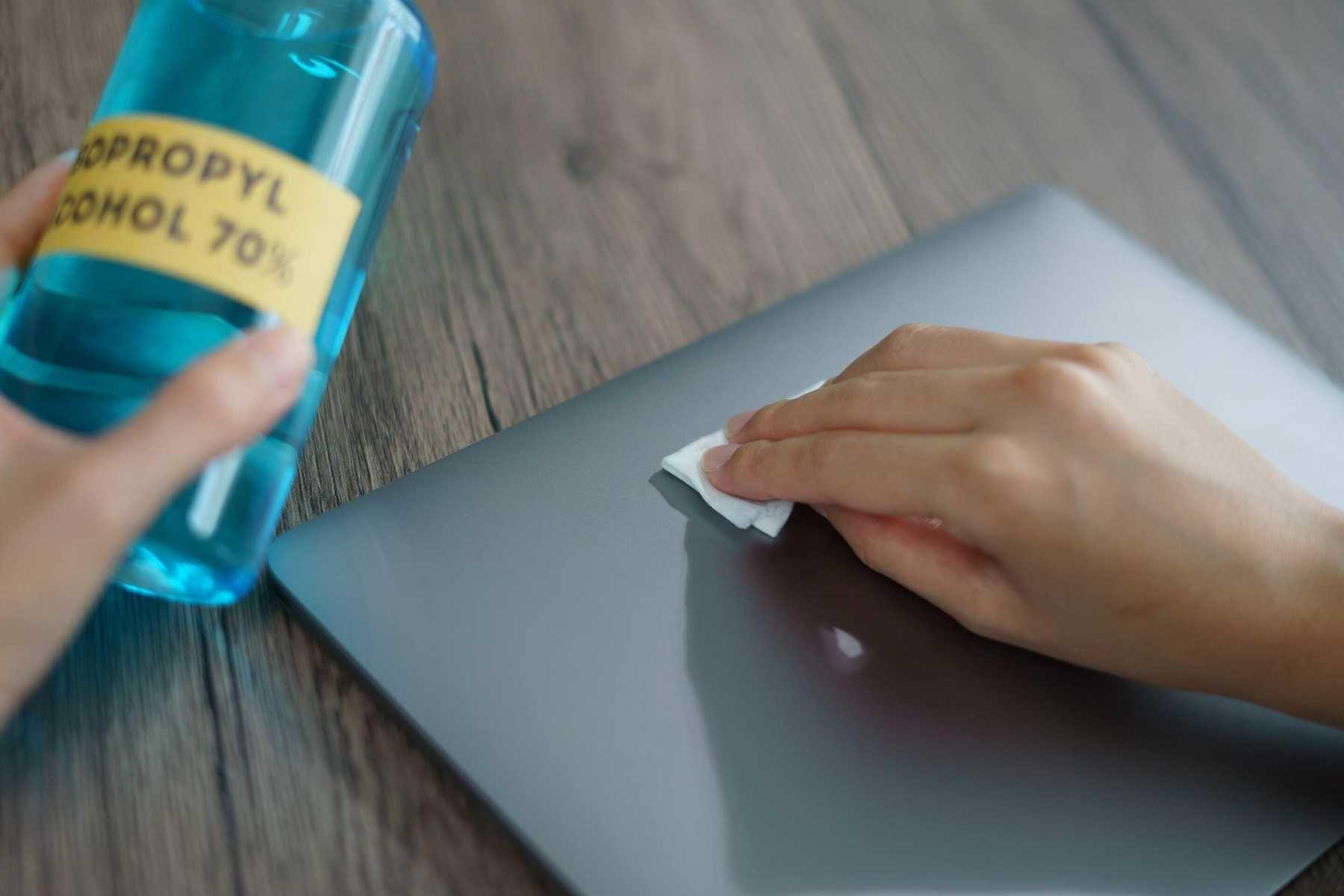 Vệ sinh vỏ máy laptop