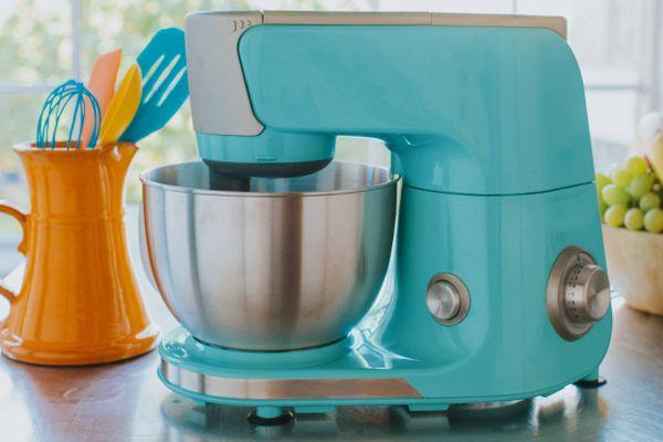 mixer et pot avec des cuillères et des ustensiles