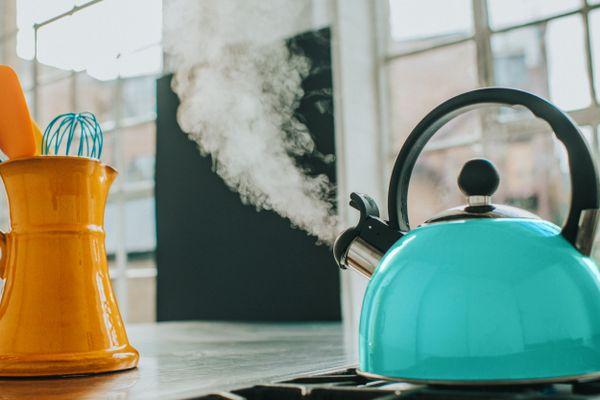 blauer Wasserkocher mit Dampf