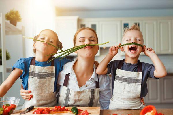 Lợi ích bất ngờ khi khuyến khích trẻ nấu ăn cùng cha mẹ