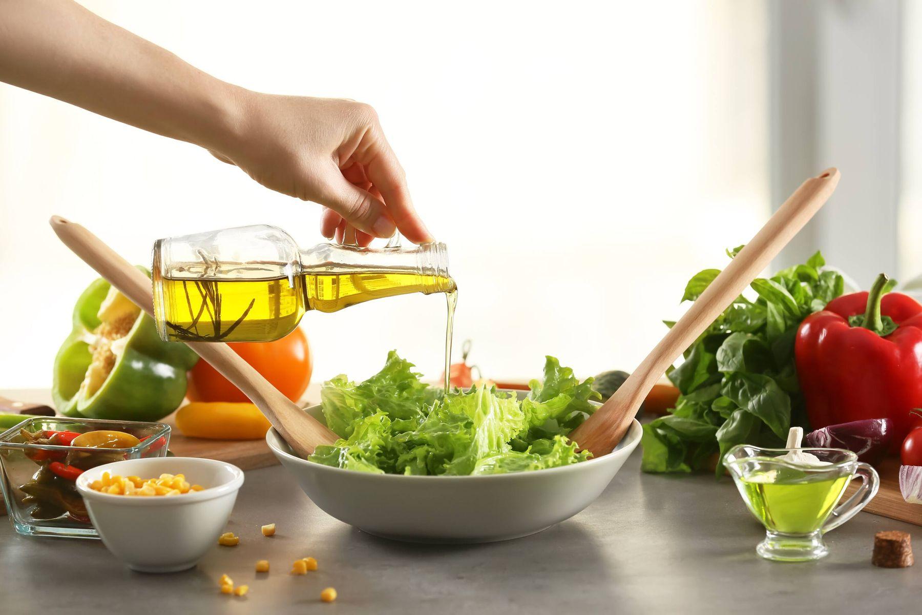 आपके घर के तेल के डिब्बे और कांच की बोतल को कैसे साफ़ करें | गेट सेट क्लीन