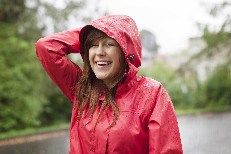 Cách xếp áo mưa