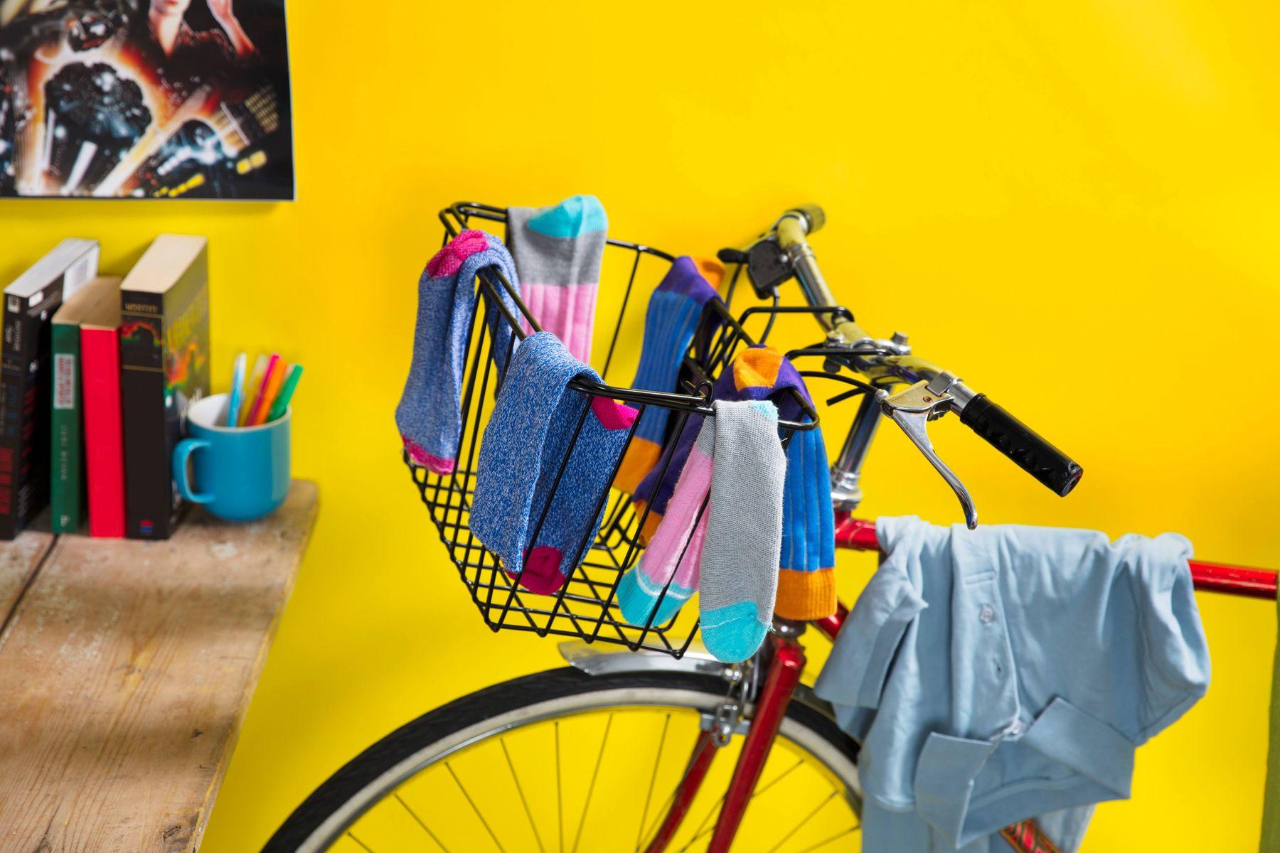 Mengeringkan kaos kaki di keranjang sepeda
