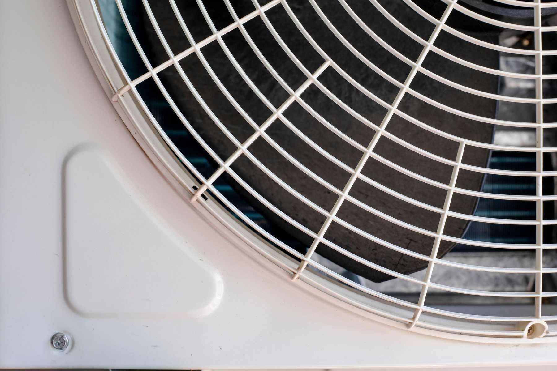 Cách tháo máy lạnh, điều hòa - Tháo cánh quạt đảo gió và khoang chứa