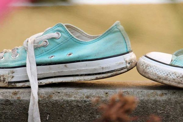 Vệ sinh giày sneaker bị dính cafe sao cho hiệu quả nhất?