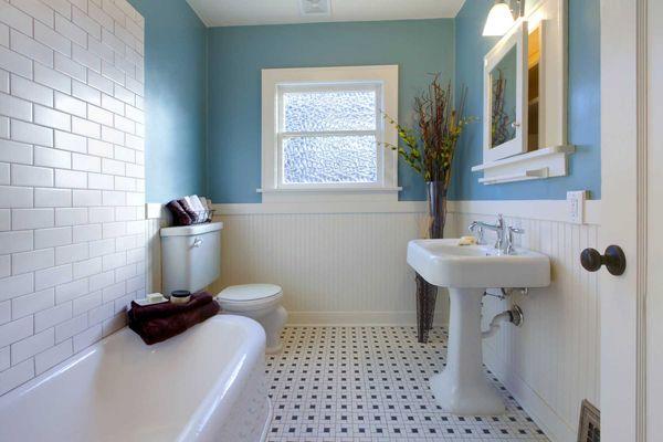 Nhà vệ sinh hiện đại tông trắng và xanh biển