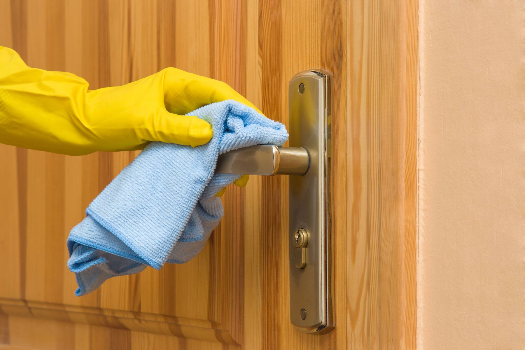 Does your bathroom door feel dirty and sticky? Check out how you can clean it easily!