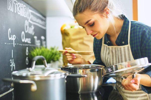 Bạn có đang mắc phải những thói quen xấu gây hại sức khỏe khi nấu ăn hay không