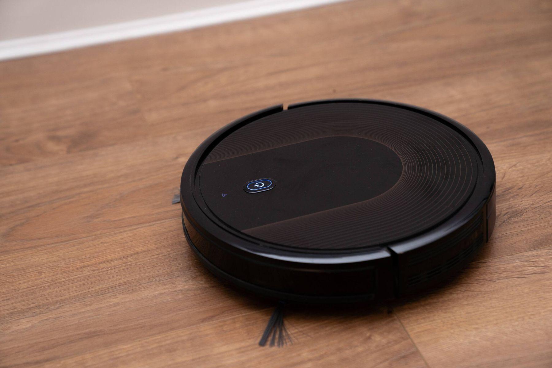 aspirateur robot sur un plancher en bois