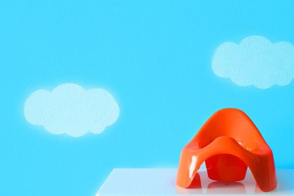 banc enfant rouge devant le mur bleu avec des nuages