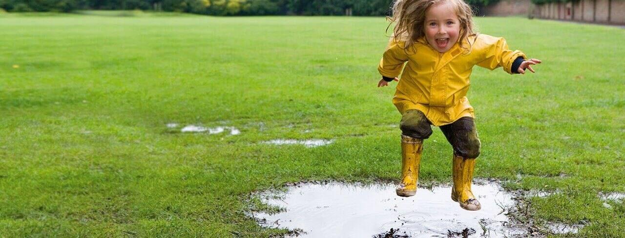 chọn áo mưa cho bé theo màu sắc