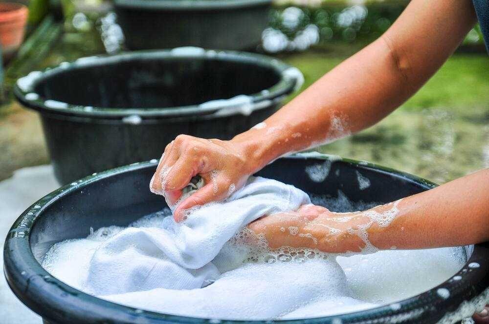 Xử lý vết bẩn trước khi cho quần áo vào máy giặt