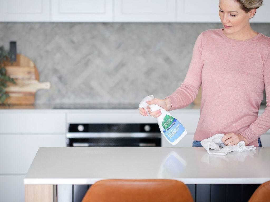 kobieta czyszczenia ławki z Seventh Generation