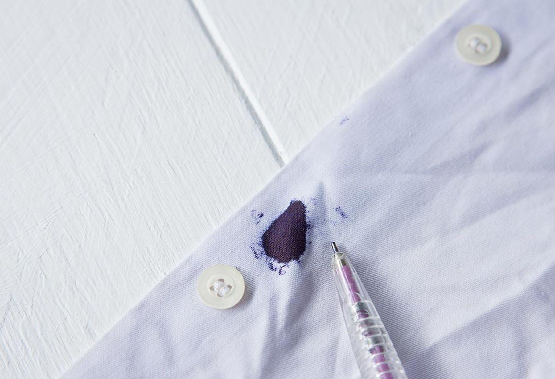 Lót một miếng khăn sạch phía dưới mặt vải bị dây bẩn