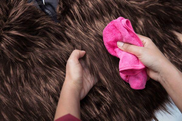 nettoyage d'un manteau de fourrure brun