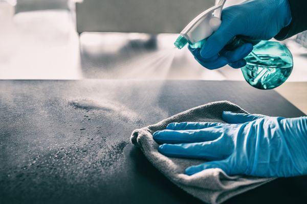 persona limpiando el mostrador con amoniaco