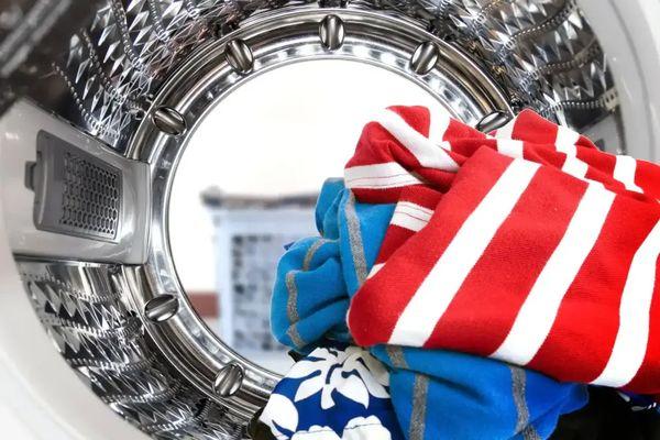 Çamaşır makinesinin içinde renkli çamaşırlar