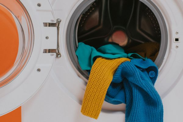 remove stains without damage: clothes hanging out of a washing machine