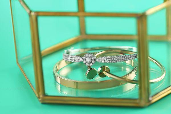 Bijoux en or et argent dans un porte-bijoux en verre