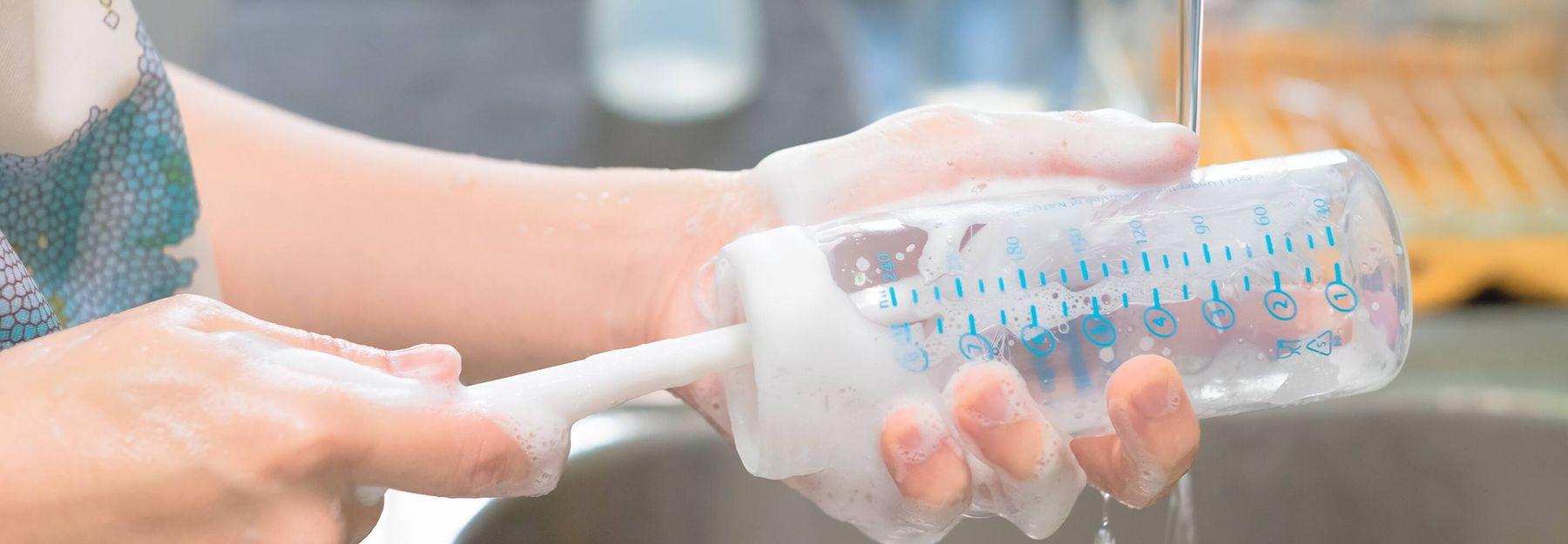 Tẩy từng bộ phận với nước rửa bình sữa