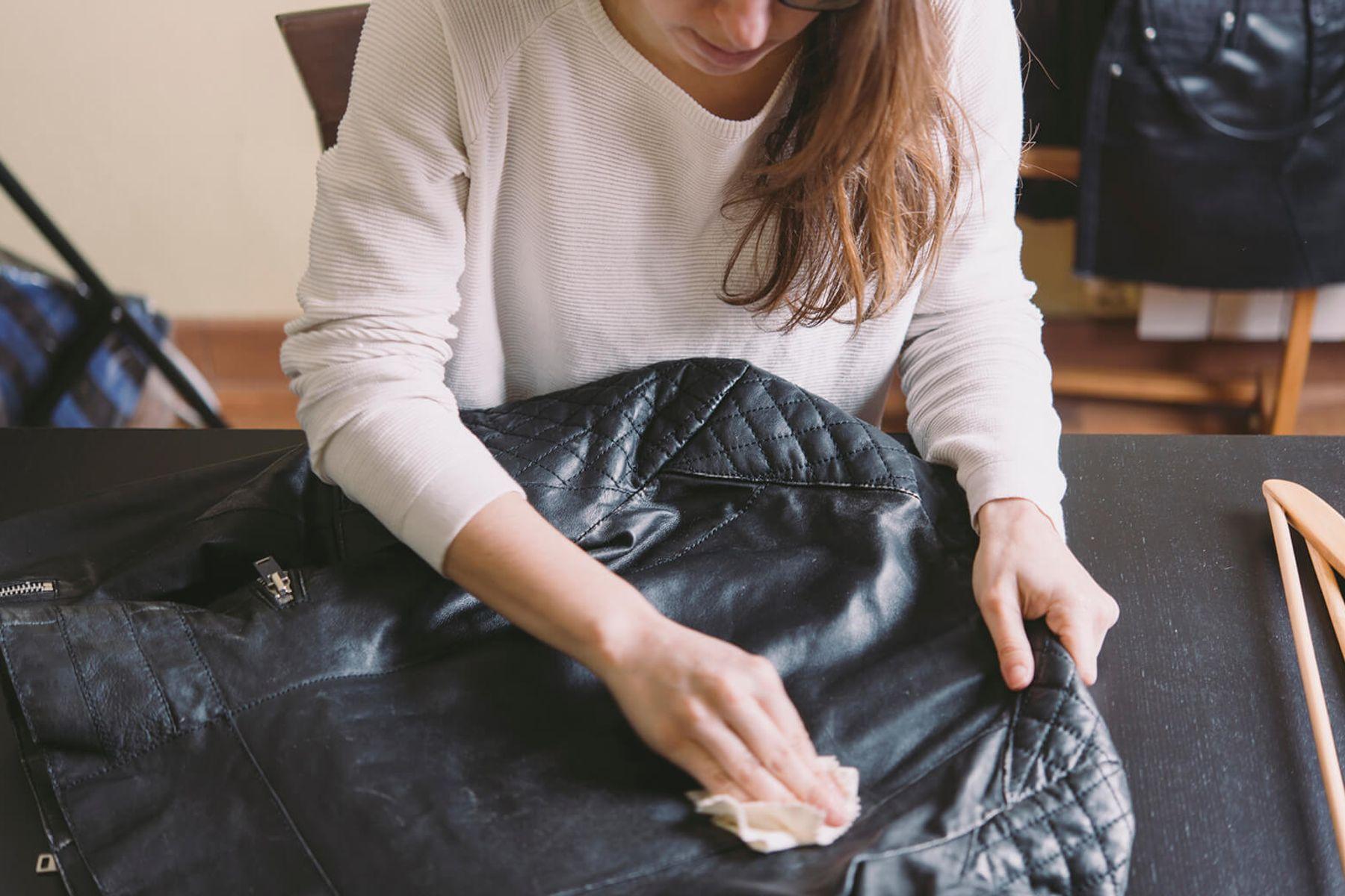 #7 Cách Giặt Áo Da PU, Da Lộn Bị Mốc Sạch, Bảo Quản Đúng Cách