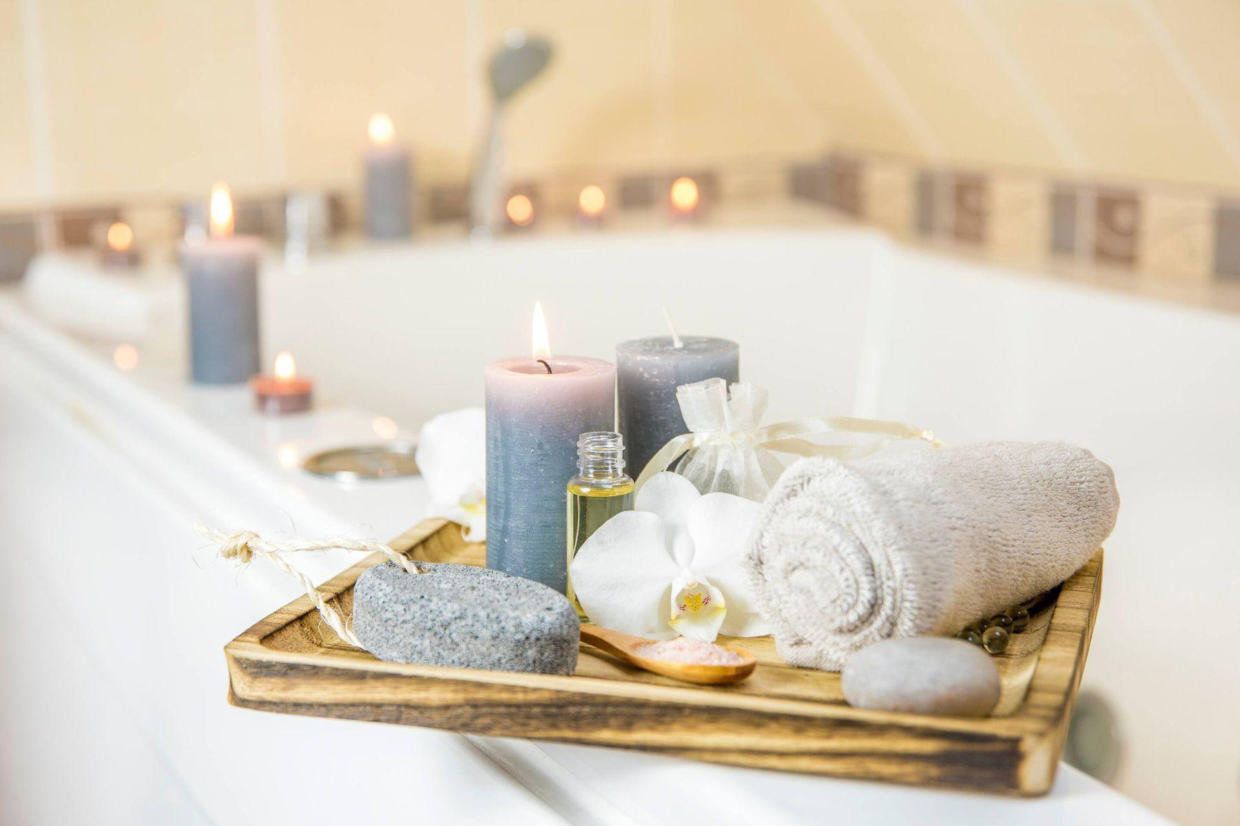 Sử dụng nến thơm khử mùi nhà vệ sinh