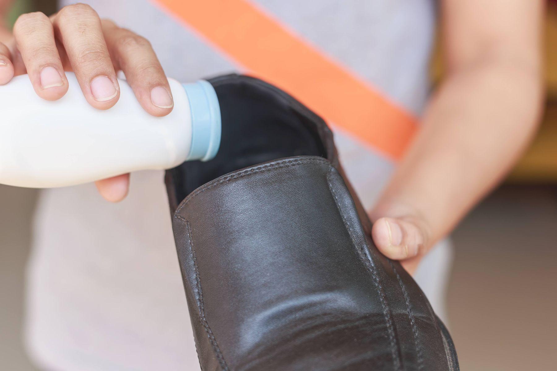khử mùi hôi giày bằng phấn rôm em bé