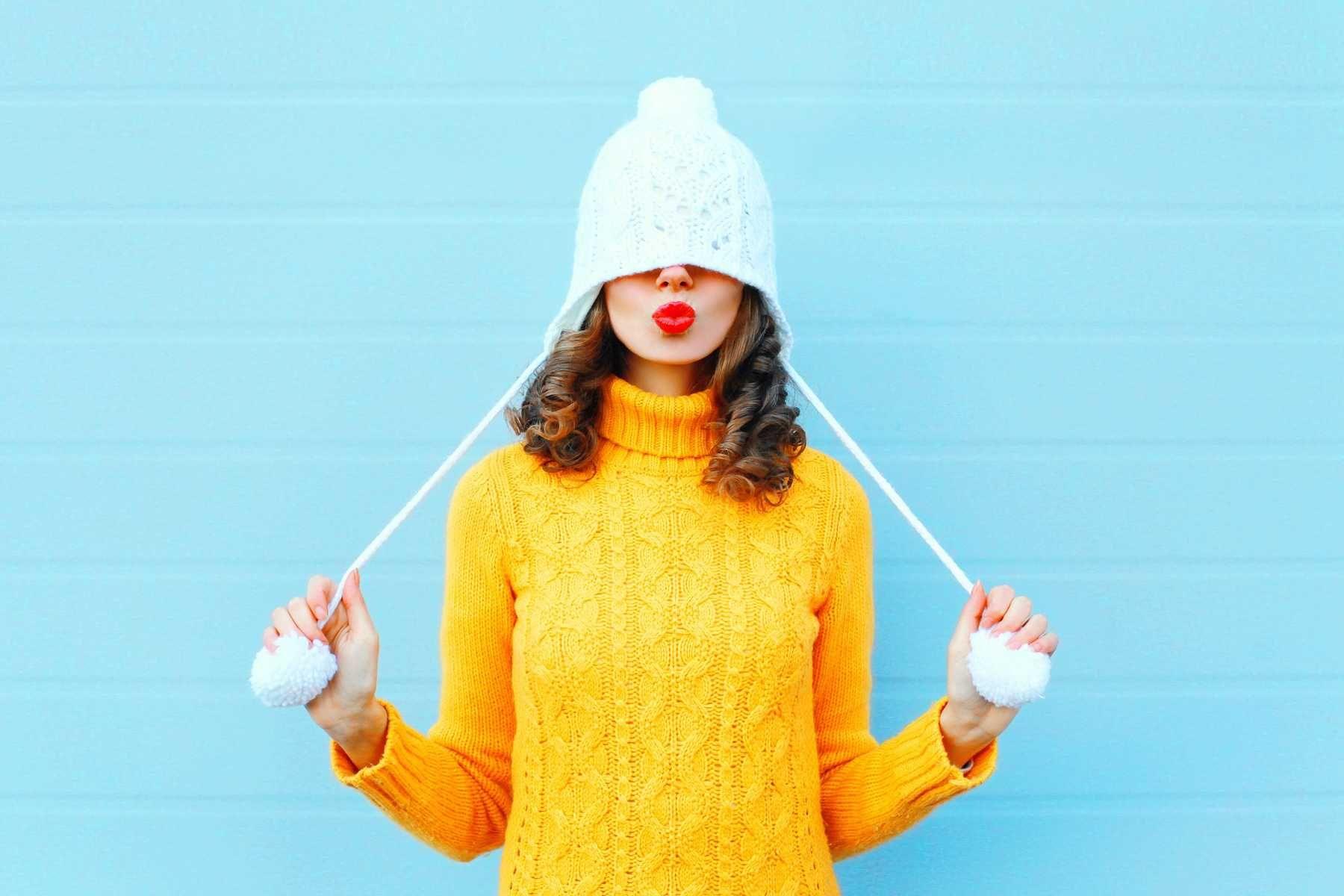 Áo len vàng và mũ len