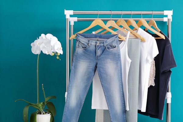 cintre avec jeans et t-shirts suspendus