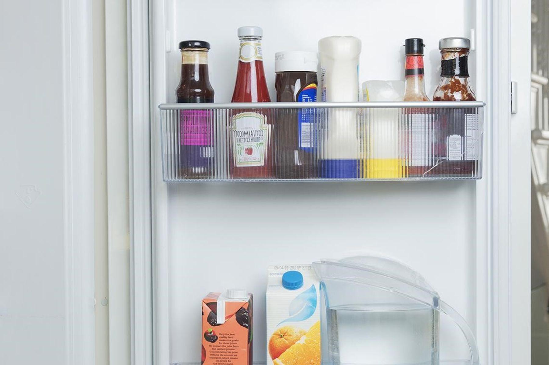 Step 4: porta de geladeira aberta com vários molhos, garrafa d'água e caixa de suco de laranja