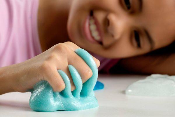 Bố mẹ cần lưu ý gì khi cho bé chơi slime?