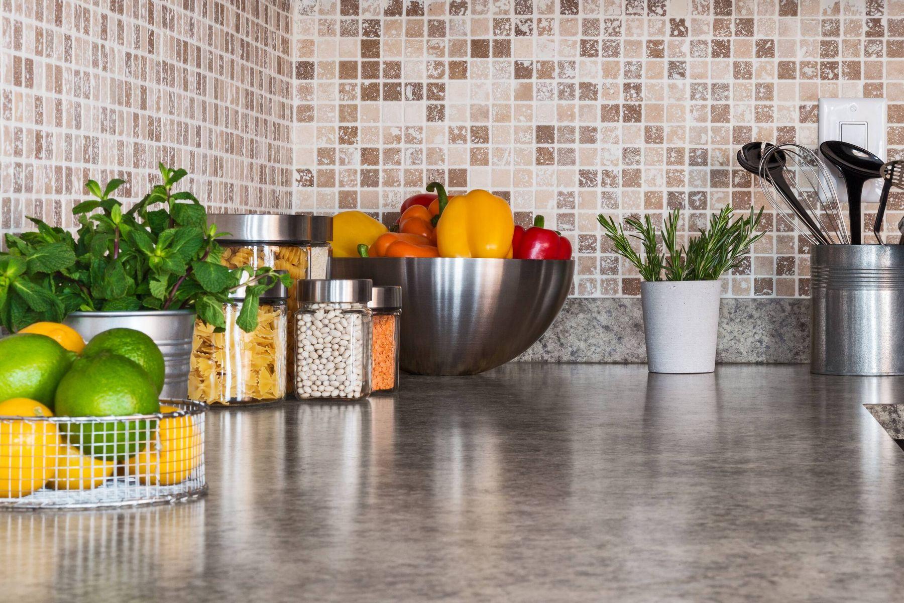 Bowls con frutas y verduras sobre una mesada de cocina