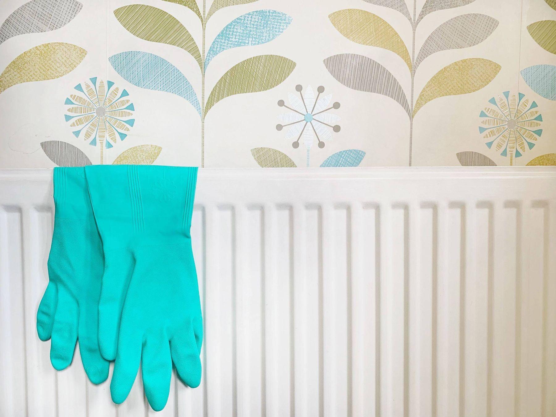 cách giặt quần áo sạch khi đeo găng tay