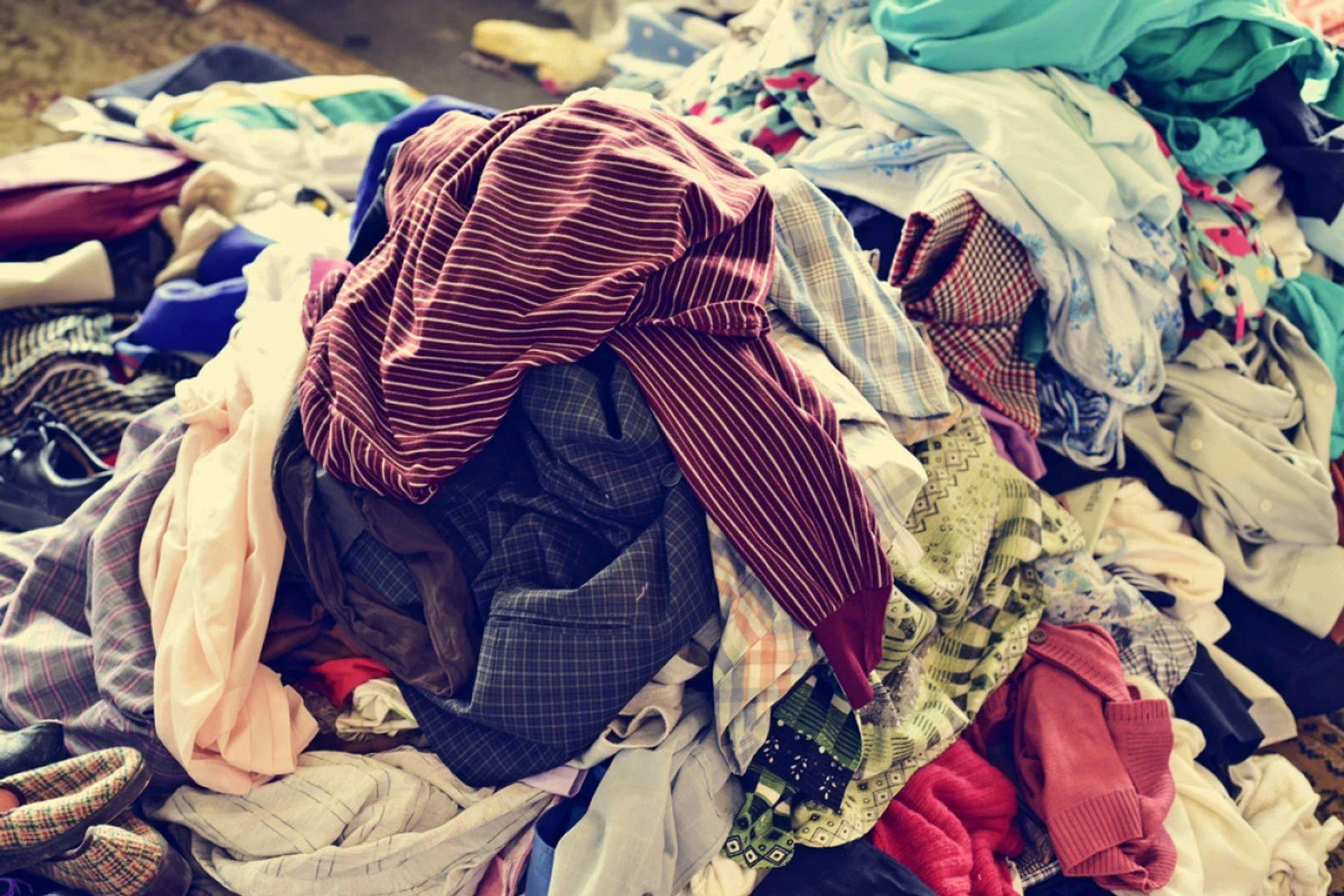 Không giặt quần áo ngay sau khi mặc làm áo bị ố vàng