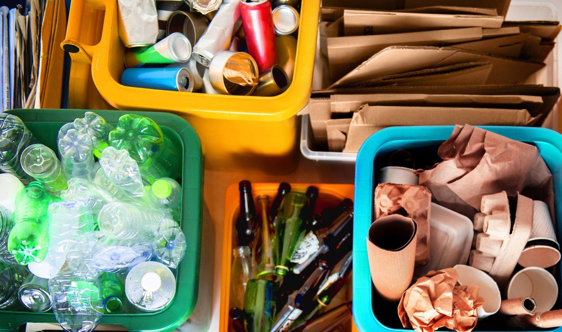 Phân loại chai nhựa, chai thủy tinh, lon đồ hộp, giấy vụn để đem đi tái chế