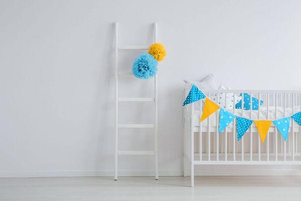 Cuna de bebé en una habitación con paredes blancas
