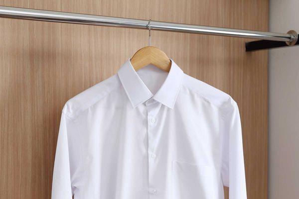 Áo sơ mi trắng mềm mại khi được ngâm nước xả vải