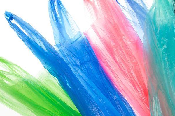 Bolsas plásticas de colores en fondo blanco