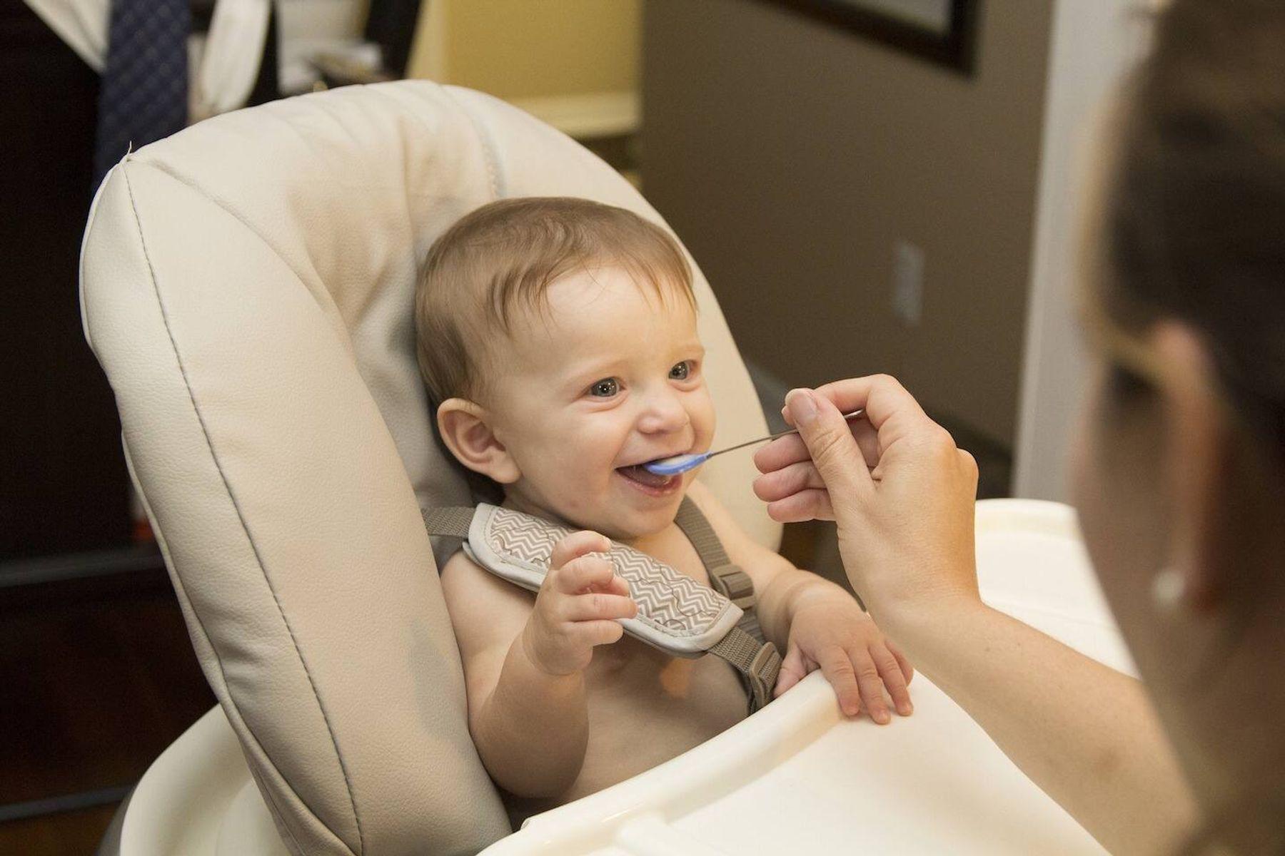 Cách cho bé ăn dặm lần đầu tiên cho Con Khỏe, Mẹ Nhàn