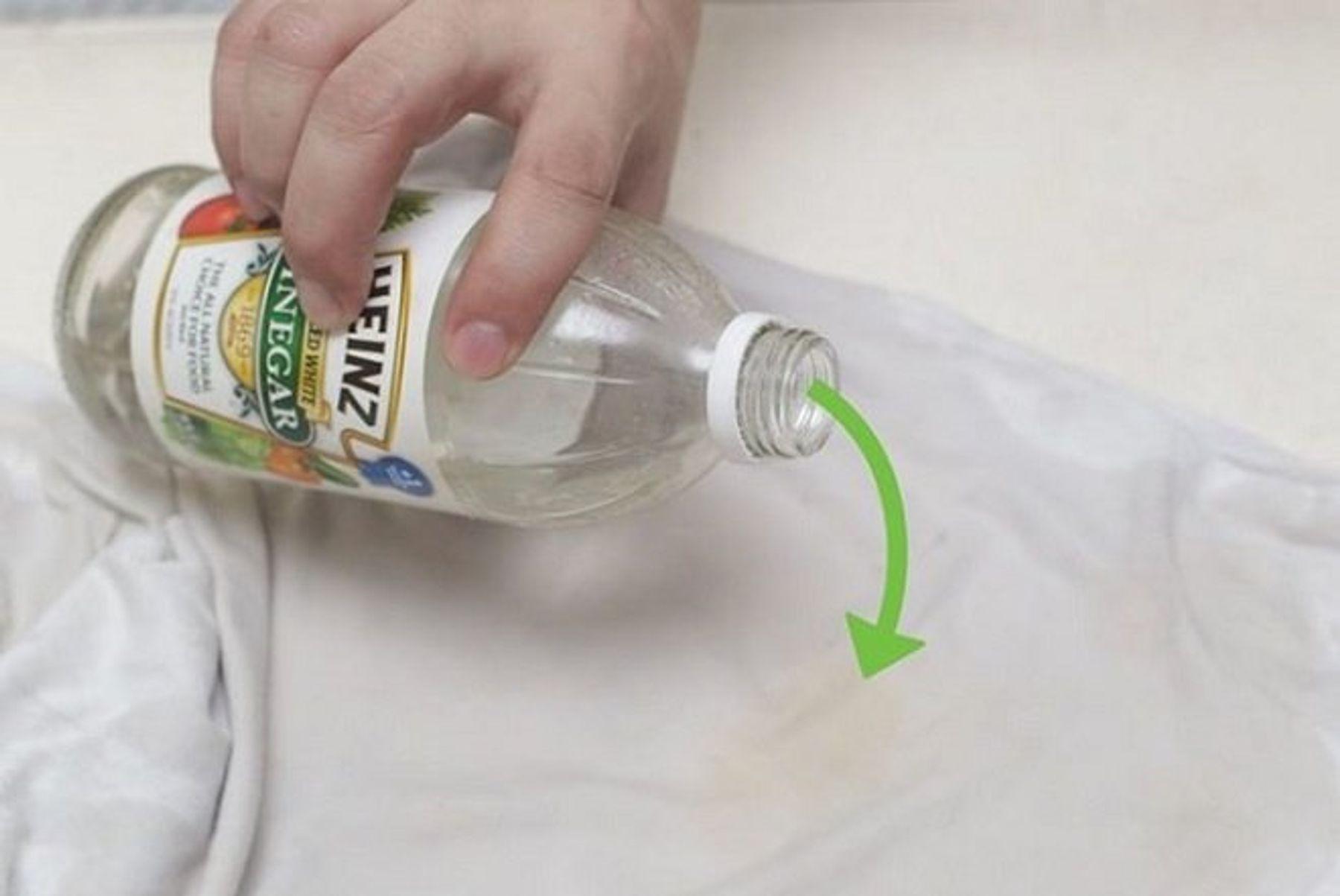 Cách tẩy vết ố vàng trên áo trắng bằng giấm trắng + muối